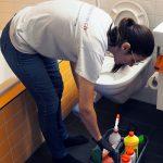 Putzfrau von meinePerle beim Toilette putzen