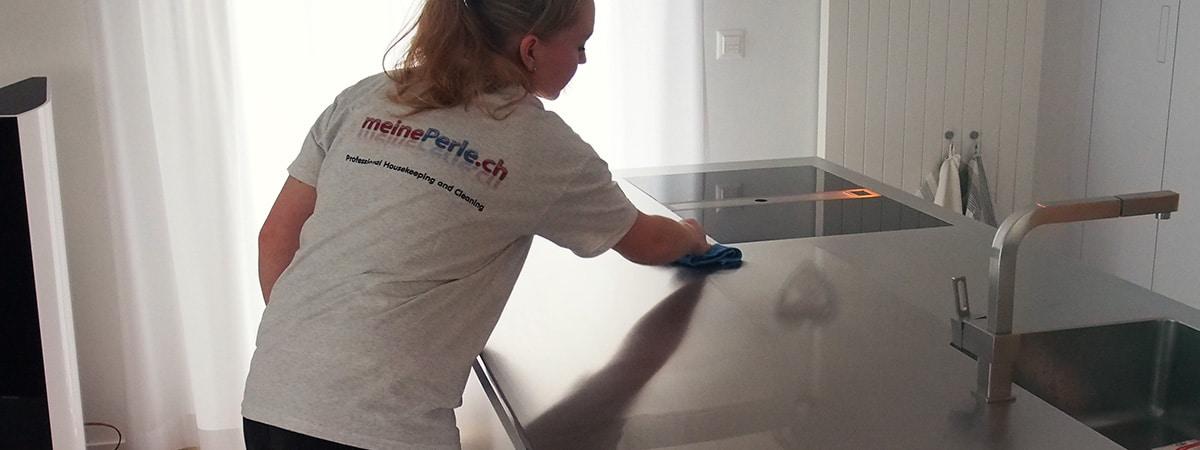 Putzfrauen bei der Wohnungsreinigung Titelbild